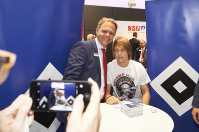 New signing meets new products: HSV new signing Alen Halilović on the WISKA stand at SMM